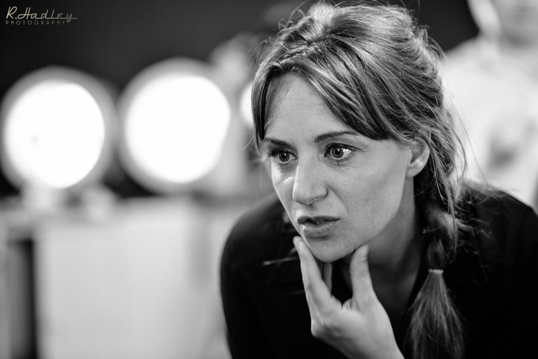 Carolina de Santis directing one of her productions in Barcelona
