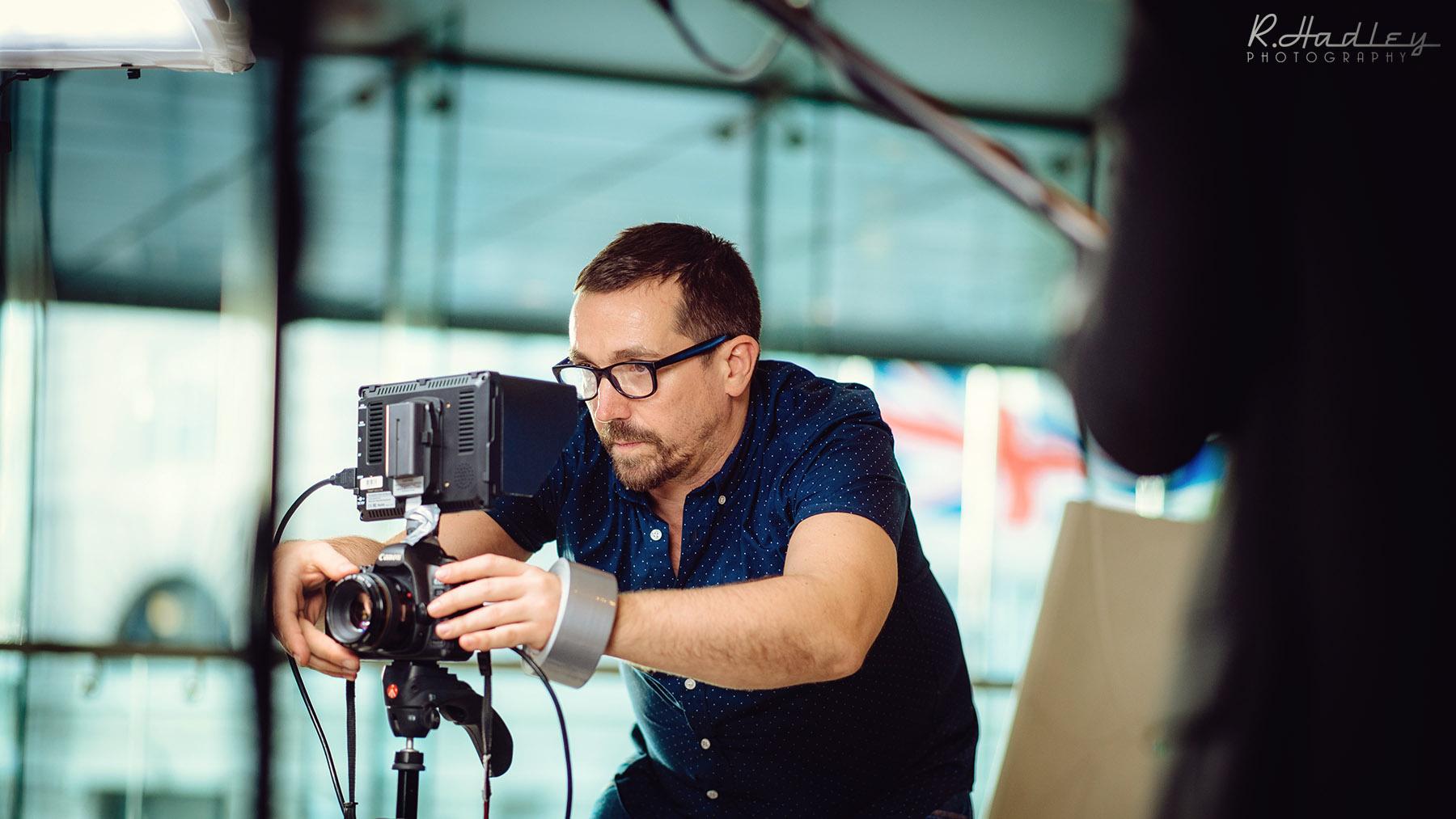 Xavi Montojo Jordan photographer assisting Carolina De Santis in London for a corporate event working with Canon camera